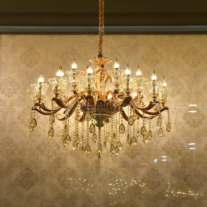 豪华水晶天花板照明设备在玻璃商店窗口里 免版税库存图片