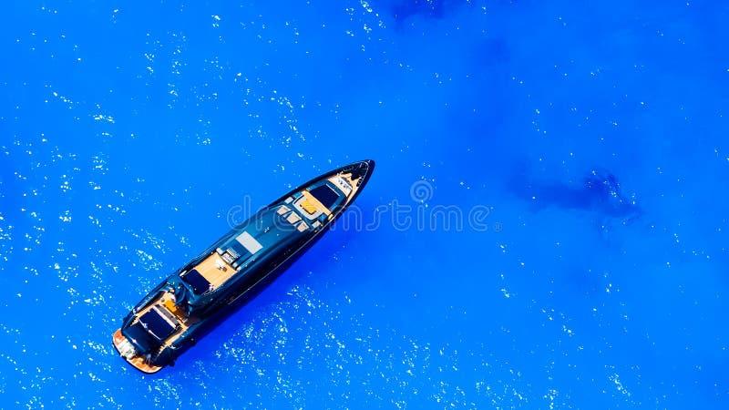 豪华黑游艇驾驶入美丽的大海在扎金索斯州海岛,希腊附近 库存图片