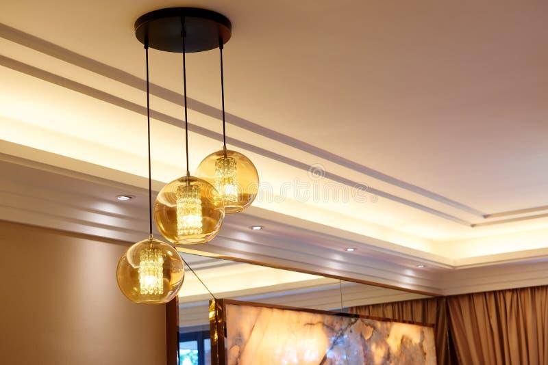 豪华玻璃水晶带领了枝形吊灯照明设备 免版税库存图片