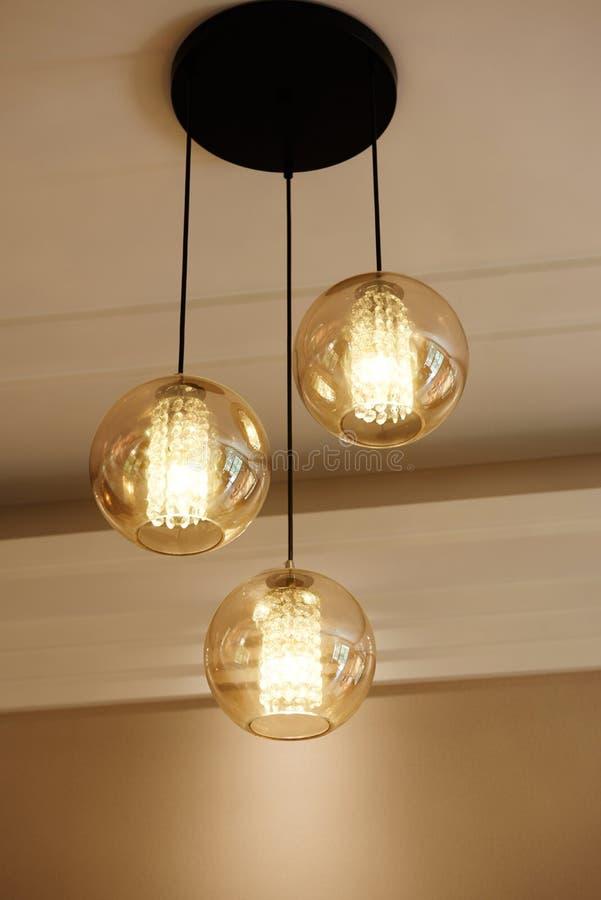 豪华玻璃水晶带领了枝形吊灯照明设备 免版税库存照片