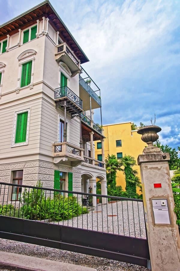 豪宅在市中心在提契诺州瑞士洛枷诺  免版税图库摄影