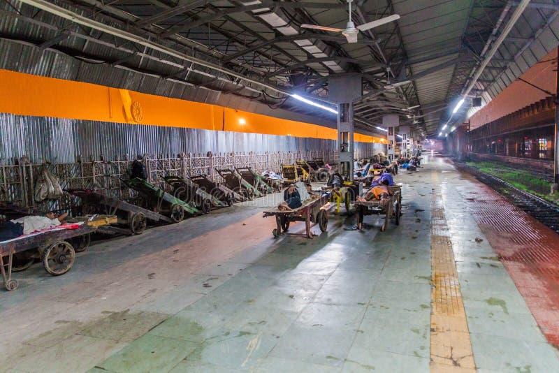 豪拉,印度- 2016年10月27日:豪拉连接点火车站清早视图在伊恩迪 免版税库存图片