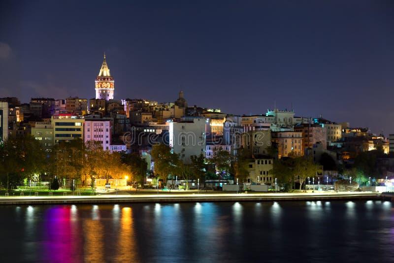 贝伊奥卢历史的区和有启发性加拉塔塔中世纪地标在伊斯坦布尔在晚上,土耳其 库存图片