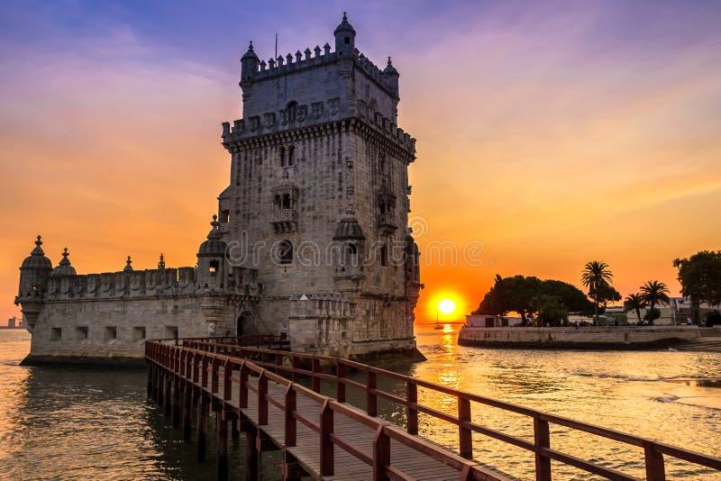 贝伦塔-托尔de贝拉母在里斯本,五颜六色的黄昏的葡萄牙 免版税库存照片