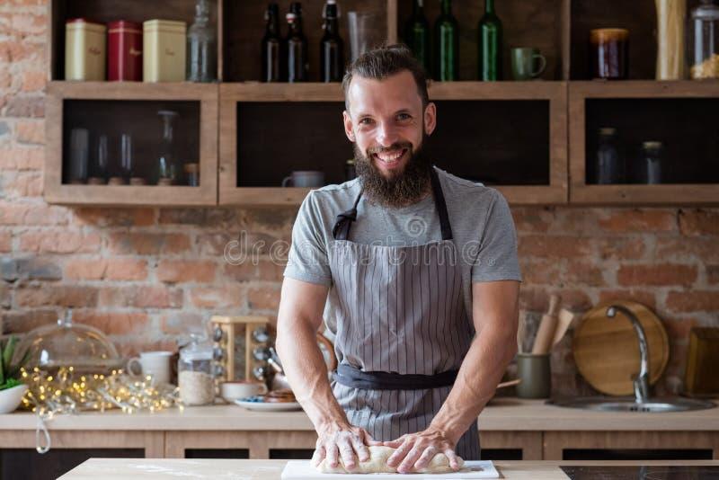 贝克路线训练课厨师揉面团食物 免版税库存照片
