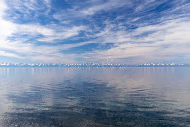贝加尔湖和山雪盖帽  免版税库存图片