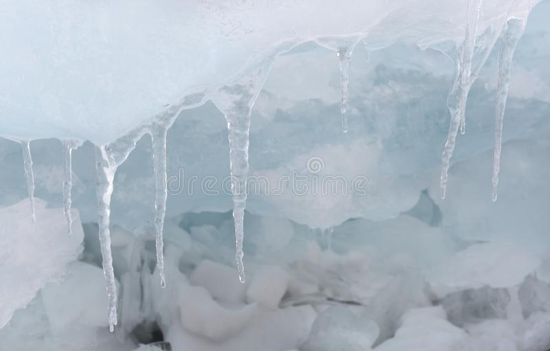 贝加尔湖岸的透明蓝色冰小丘 西伯利亚冬天迷离背景 湖的积雪的冰 库存照片