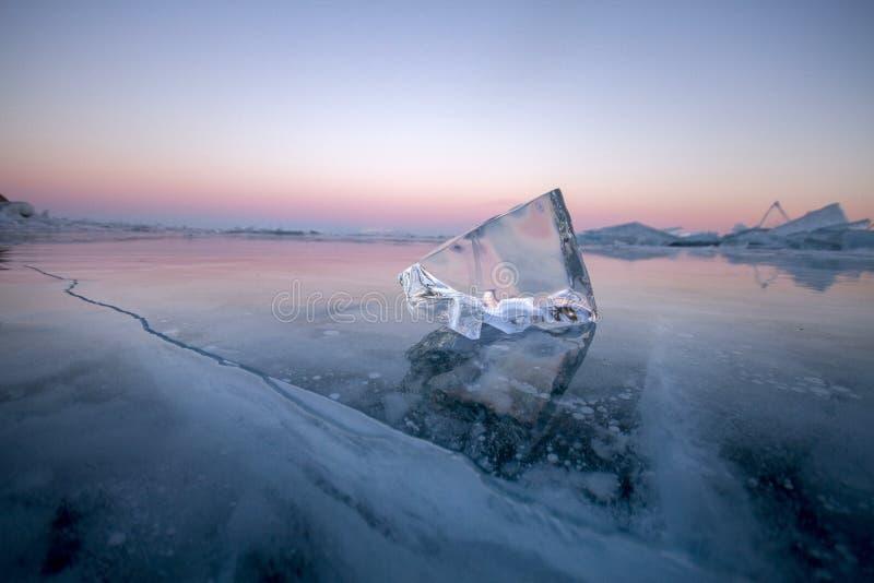 贝加尔湖用冰和雪,强的寒冷,厚实的cle盖 免版税图库摄影