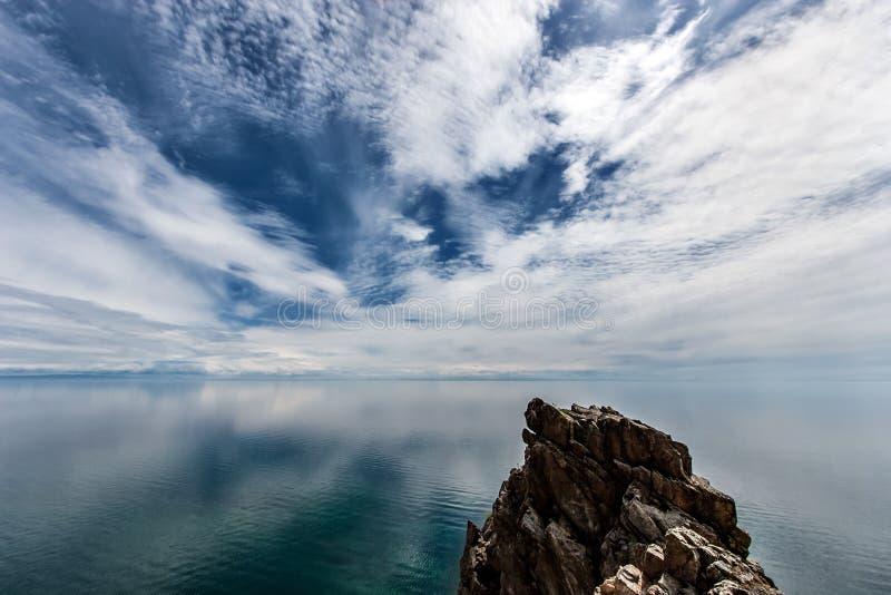 贝加尔湖的美丽海景,云彩的令人惊叹的天空 库存照片