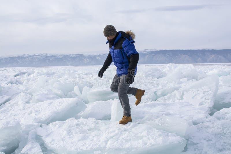 贝加尔湖破冰行走 免版税图库摄影