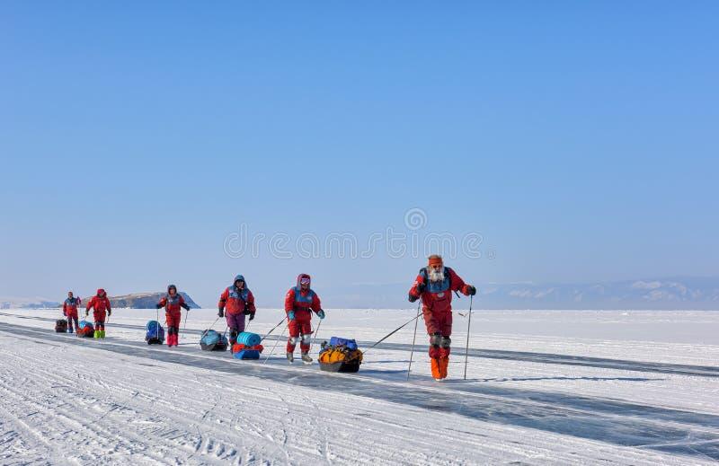 贝加尔湖,伊尔库次克地区,俄罗斯- 2017年3月08日:在测试在低温cond的北极设备的贝加尔湖冰的远征  库存照片