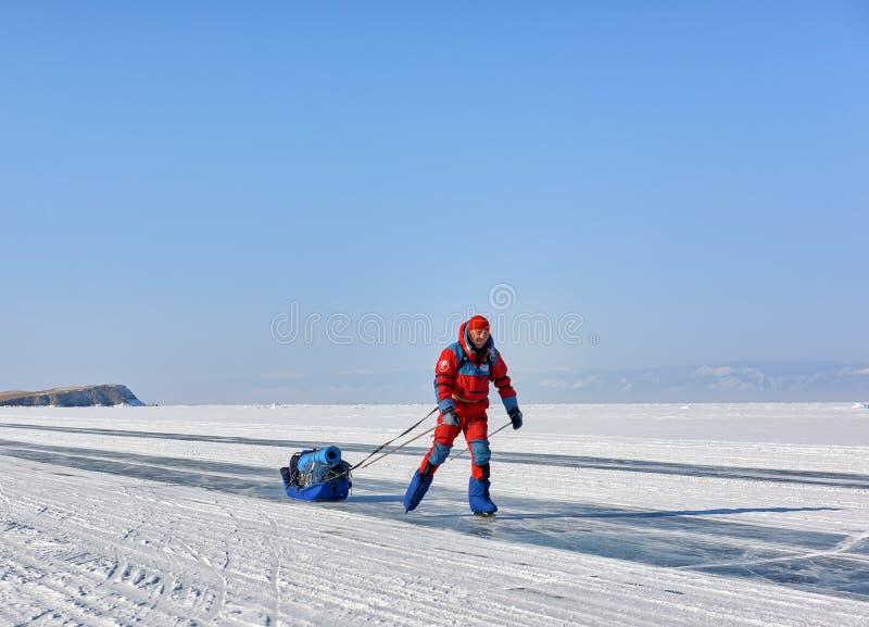 贝加尔湖,伊尔库次克地区,俄罗斯- 2017年3月08日:的人橙色极性总体滑冰 库存照片