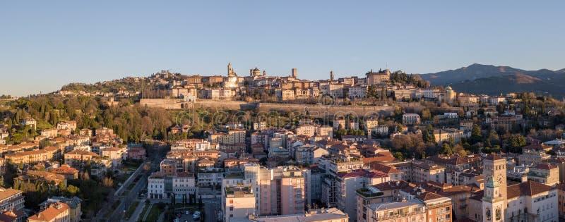 贝加莫意大利 更低的城市的寄生虫鸟瞰图和在背景中老和古镇 免版税库存照片