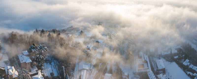 贝加莫意大利 雾的一个惊人的风景的寄生虫鸟瞰图从平原上升并且包括圣Vigilio小山  库存照片