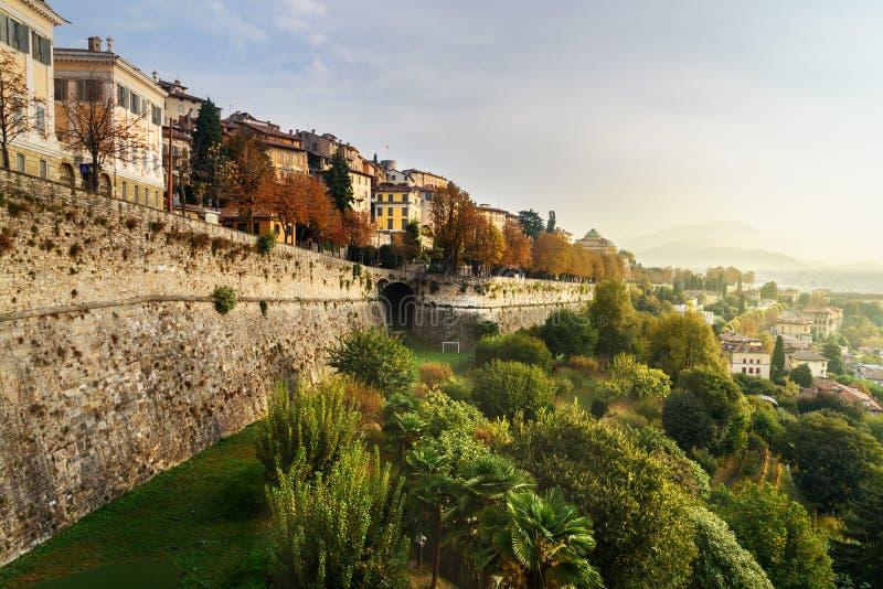 贝加莫看法有威尼斯式墙壁桑特安德里亚平台的在早晨 E 库存照片