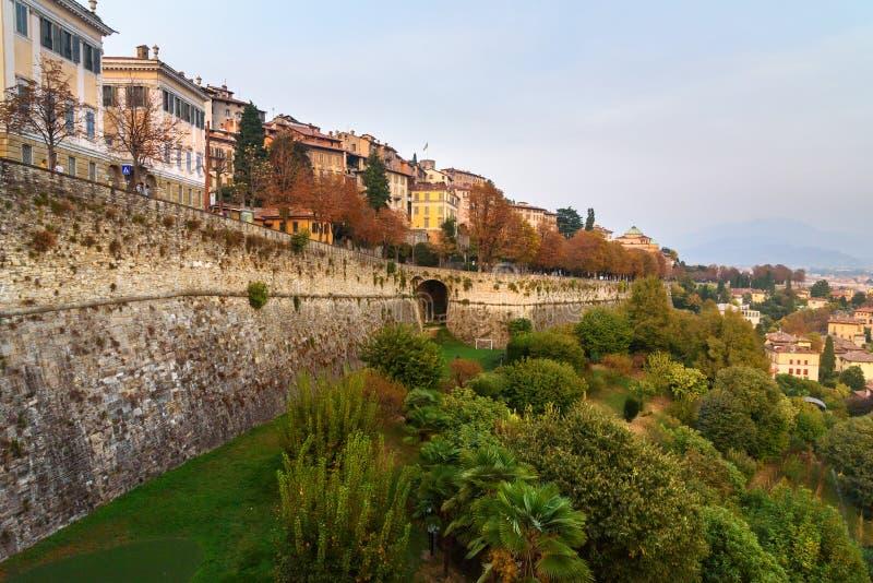 贝加莫看法有威尼斯式墙壁桑特安德里亚平台的在晚上 E 免版税库存照片