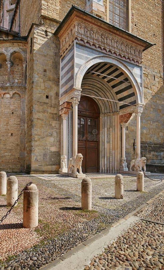 贝加莫,意大利- 2017年8月18日:圣玛丽亚大教堂的门面有豪华门廊的 免版税图库摄影