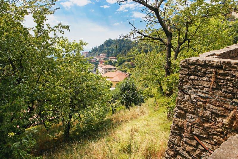 贝加莫,意大利- 2017年8月18日:市的全景从城堡墙壁的贝加莫 图库摄影