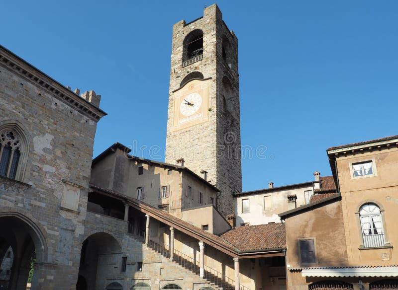 贝加莫,意大利 老城 钟楼的景观 它位于上城的主广场上 库存图片