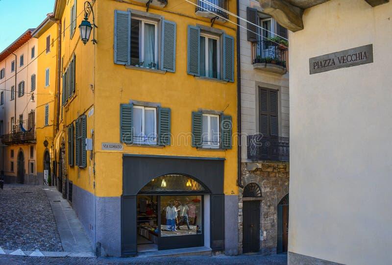 贝加莫/意大利 — 2016年7月15日:位于意大利伦巴第著名旅游胜地上城贝加莫的商店街 库存图片
