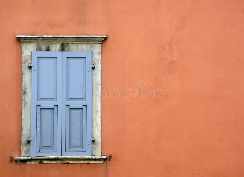 贝加莫/意大利- 03 30 2019年:在房子墙壁上的闭合的窗口  库存照片