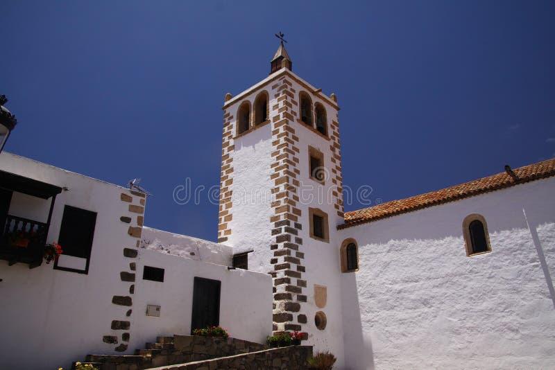 贝坦库里亚,费埃特文图拉岛-朱安14 2019年:在白色墙壁和钟楼上的看法反对天空蔚蓝 库存图片