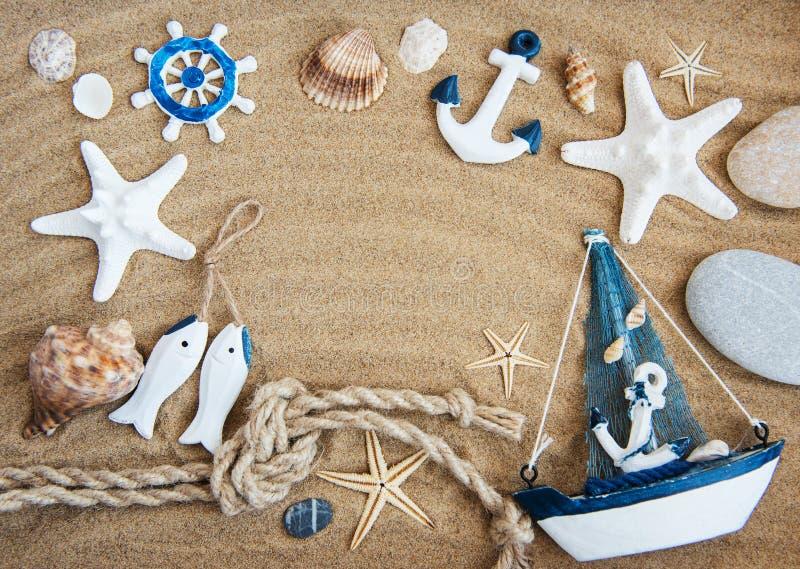 贝壳和海装饰与绳索 免版税库存照片