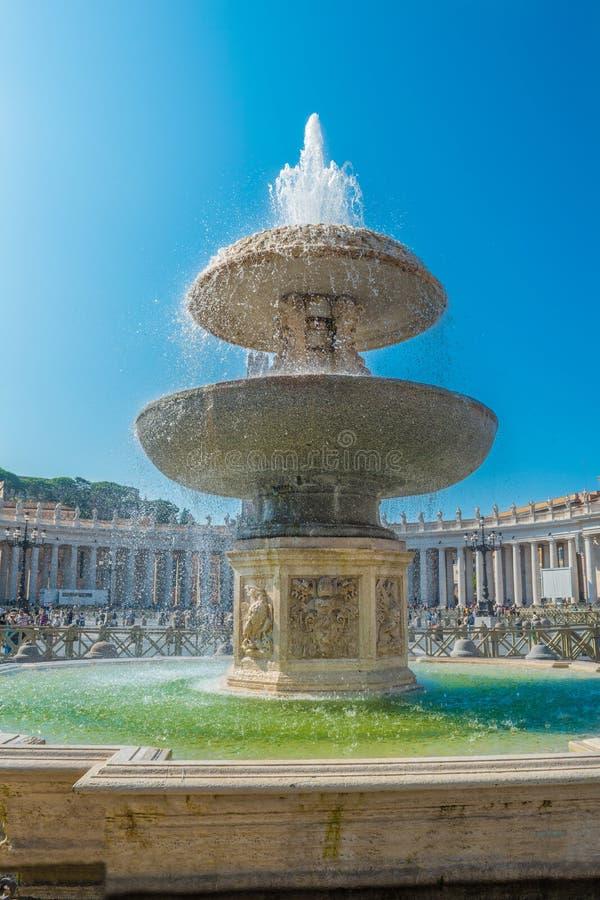 贝尔尼尼的喷泉在圣皮特圣徒・彼得的广场在梵蒂冈 图库摄影