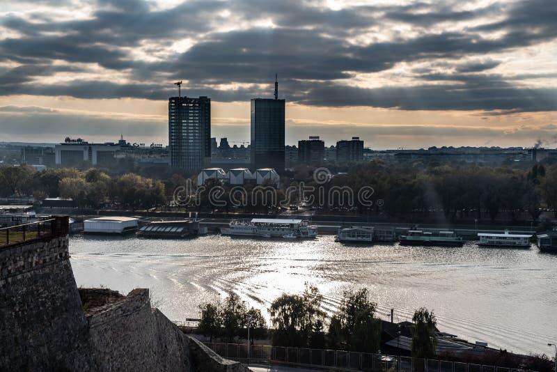 贝尔格莱德堡垒、卡莱梅格丹公园、萨瓦河和多瑙河的日落全景 图库摄影