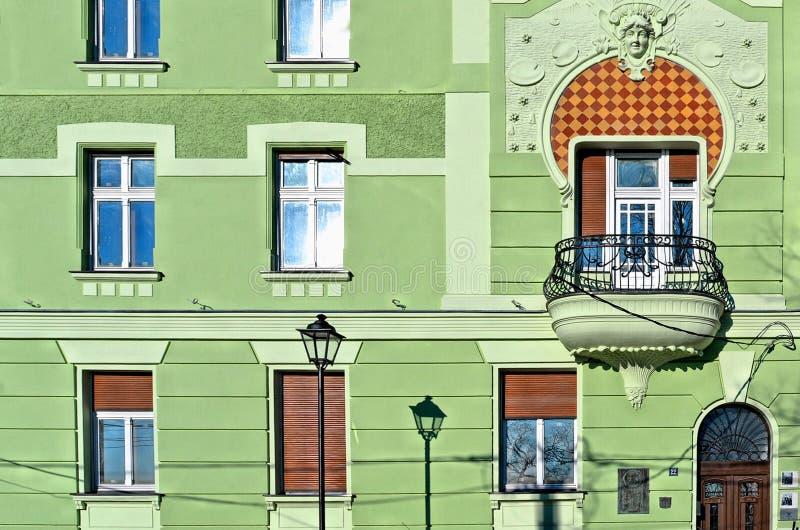 贝尔格莱德老经典绿色大厦和建筑学、窗口和阳台,塞尔维亚 库存图片