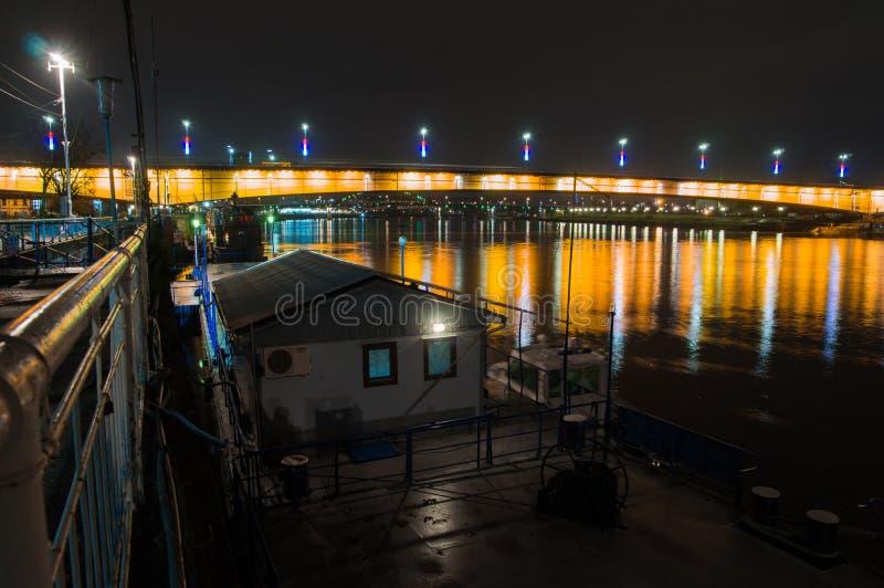 贝尔格莱德,塞尔维亚,第18 2017年11月:布兰科夫的桥梁在晚上射击了 免版税图库摄影