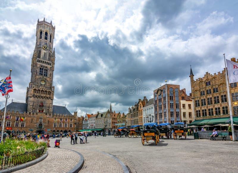 贝尔福塔和集市广场在布鲁日,比利时的中心 免版税库存图片