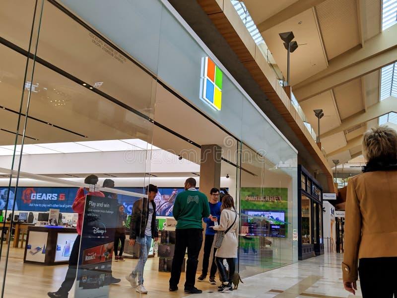 贝尔维尤,华盛顿州/美国 — 2019年11月前后:客户进入时Microsoft商店入口的外观视图,购买新产品 库存照片