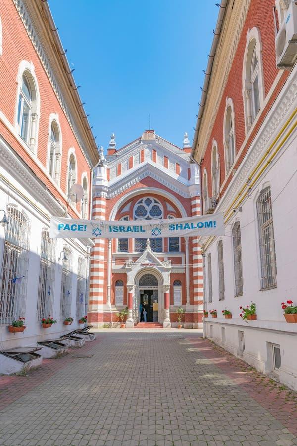 贝斯以色列犹太教堂在布拉索夫在一个晴朗的夏日在布拉索夫,罗马尼亚 免版税图库摄影
