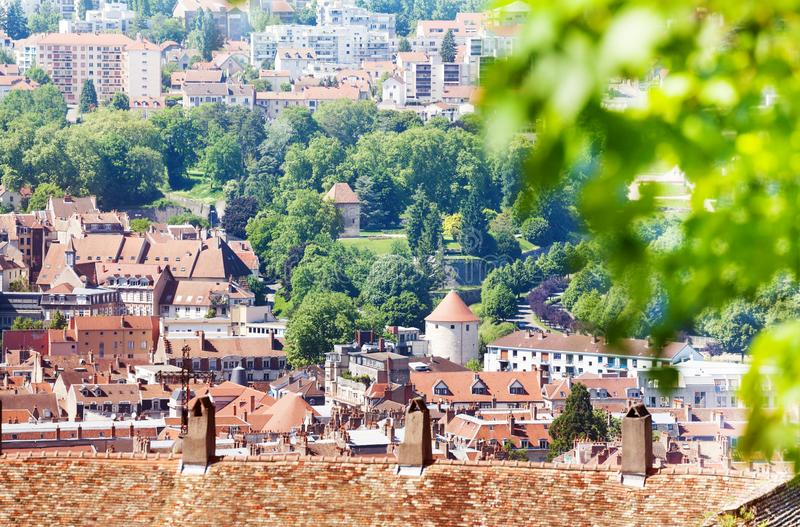 贝桑松在夏天,法国美好的都市风景  免版税库存图片