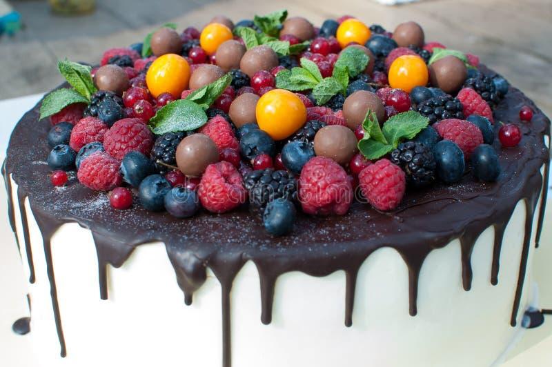贝洛蛋糕用莓果和巧克力 免版税库存图片