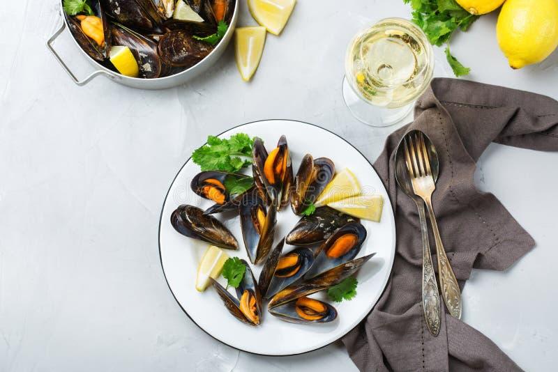 贝类淡菜用白葡萄酒,在桌上的海鲜 库存图片