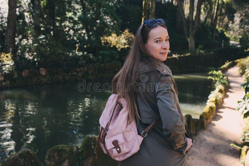 贝纳宫殿公园在辛特拉,葡萄牙 与狂放的蕨的雨林,旅游妇女探索 图库摄影