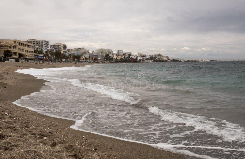 贝纳尔马德纳海滩在一阴天在有大厦的西班牙在背景中 库存照片