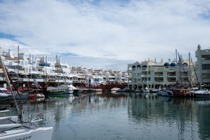 贝纳尔马德纳,马拉加,西班牙 2019年5月8日 有靠码头的小船的港小游艇船坞 库存图片