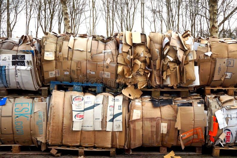 贝辛斯托克,英国- 2017年3月6日:巨大的堆在好朋友的纸板 免版税库存图片