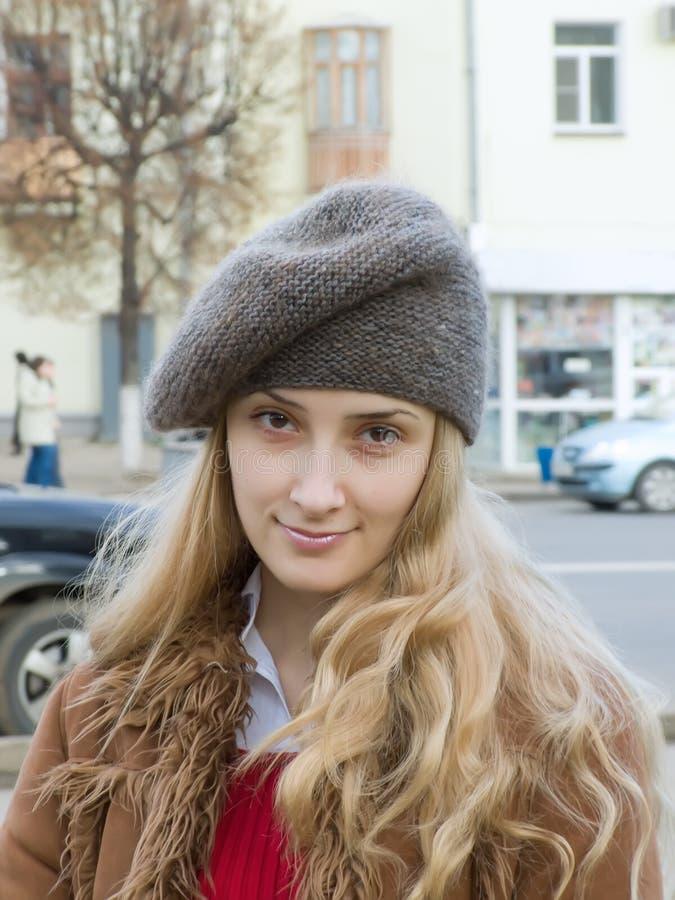 贝雷帽女孩微笑 免版税库存图片