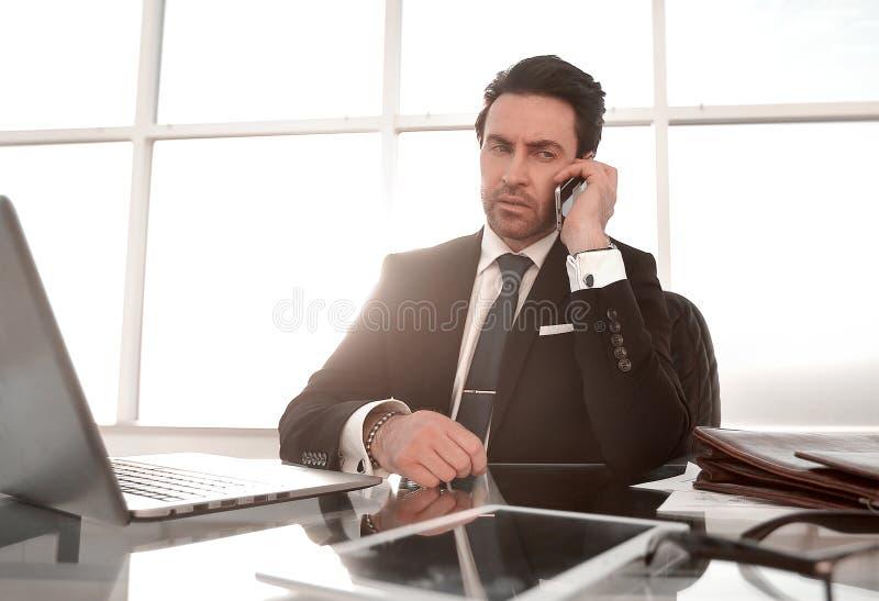 ?? 负责任的商人在工作场所 库存图片