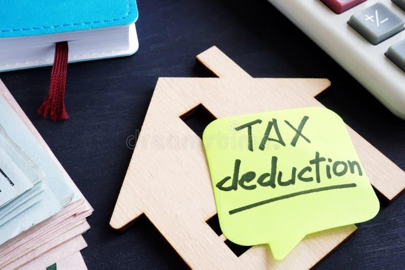 财产税扣除 房子和计算器模型  库存图片