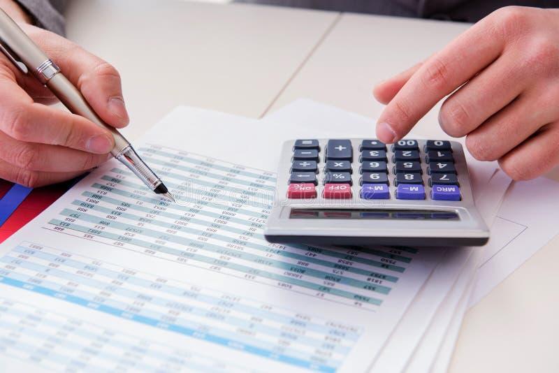 财务分析家看和财政报告 库存图片
