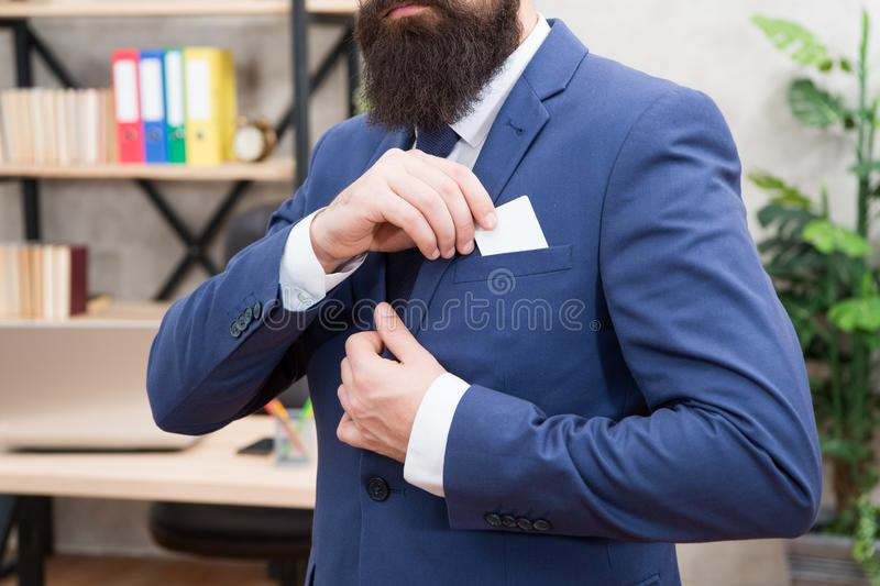 财务和会计 容易和快的付款 万一银行卡 财政支持 有胡子的行家总经理举行卡片 免版税库存图片