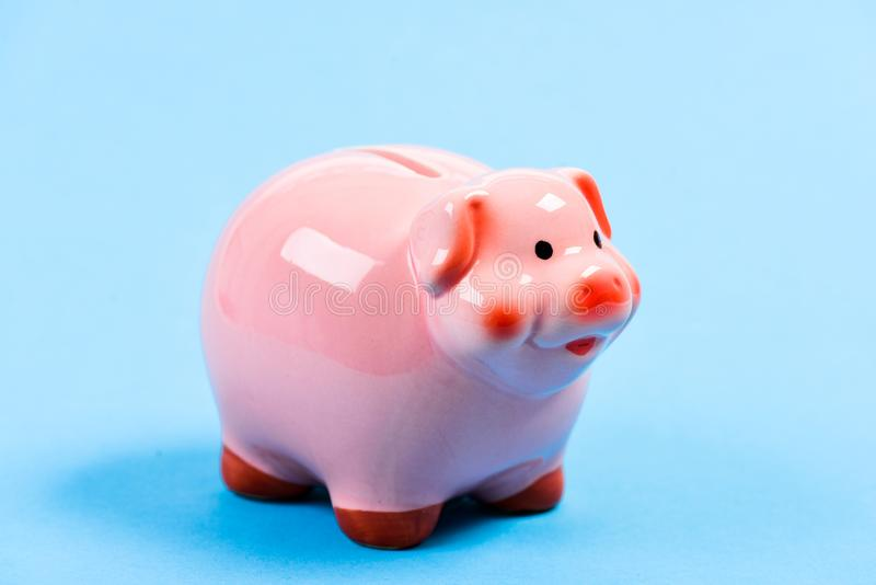 财务和投资银行 银行存款 财政教育 金钱储款的存钱罐标志 更多想法为 图库摄影
