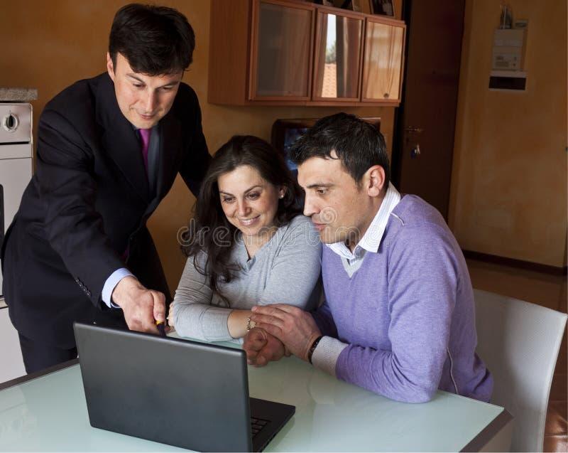 财务成人顾问的夫妇 免版税库存照片