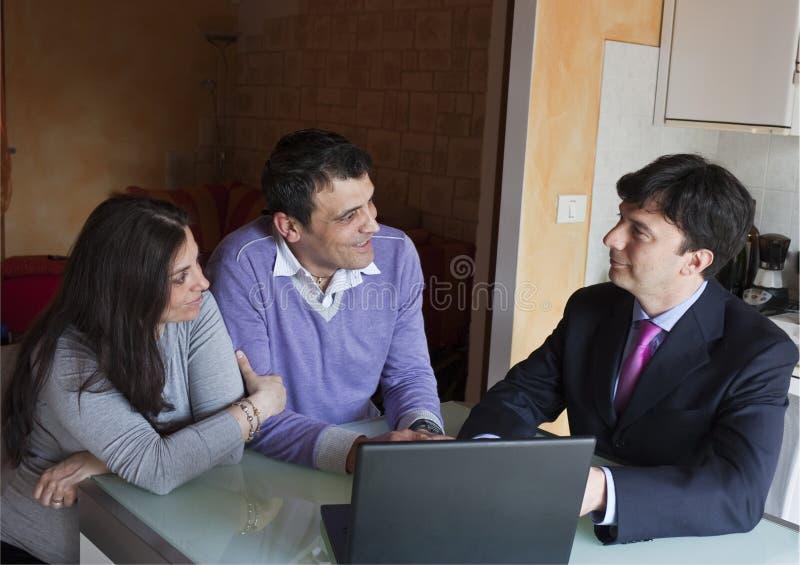 财务成人顾问的夫妇 免版税库存图片