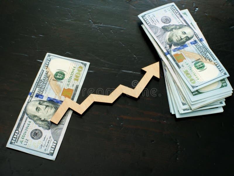 财务成功和投资 堆金钱和箭头 库存图片